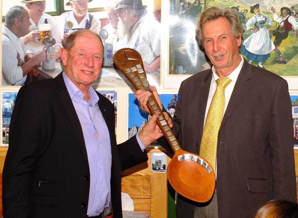 Harald receives the 'Stirrer' Award from Ken