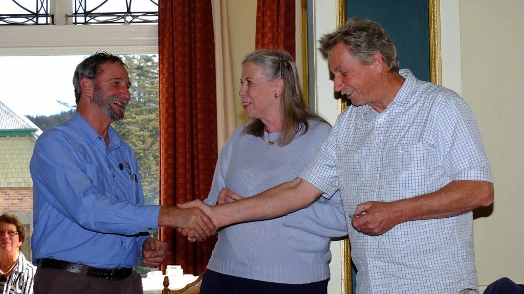 Harald & Vivian receiving 25 year pins